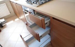 Cucina in legno su misura top in corian